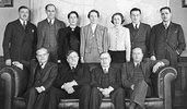 Titre original :    DescriptionRowell-Sirois Commission 1938.jpg English: The members of the Rowell-Sirois Commission (the Royal Commission on Dominion-Provincial Relations) in 1938, after Newton Rowell resigned as co-chair because he had suffered a stroke. Seated, from left to right: Prof. H.F. Angus, Mr. J.W. Dafoe, Prof. Joseph Sirois (chairman) and Prof. R.A. MacKay. Standing behind them are commission staff members. Français : Les membres de la Commission Rowell-Sirois, en 1938, après que Newton Rowell eut démissionné du poste de président à la suite d'un accident vasculaire cérébral. Assis de gauche à droite : le professeur H.F. Angus, M. J.W. Dafoe, le professeur Joseph Sirois (président) et le professeur R.A. MacKay. Debout derrière eux, on peut voir les employés de la commission. Date 1938 Source This image is available from Library and Archives Canada under the reproduction reference numb