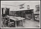 Titre original :  The library. 1910? Image courtesy of Victoria University Archives (Toronto, Ont.).