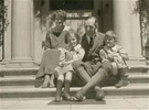 Titre original :  FitzGerald family, Berkeley, California, 1922: Edna, Gerry, Molly, Jack. Image courtesy of the author, grandson of John Gerald FitzGerald.