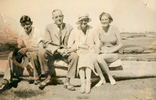 Titre original :  FitzGerald family, Qualicum Beach, BC, 1934: Jack, Gerry, Edna, Molly. Image courtesy of the author, grandson of John Gerald FitzGerald.