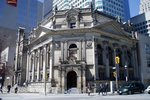 Titre original :  Bank of Montreal, built in 1886, northwest corner of Yonge Street and Front Street, Toronto. Now the home of the Hockey Hall of Fame. Wikimedia Commons, image posted by SimonP, April 2005. Used under CC BY-SA 3.0.
