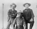 Titre original :  Members of Treaty 8 Commission. Date: 1899. L-R: J.A. McKenna, Inspector A. E. Snyder; Honourable James H. Ross. Image courtesy of Glenbow Museum, Calgary, Alberta.