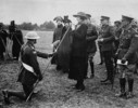 FR:UNDEF:public_image_official_caption La princesse Patricia inspecte la Princess Patricia's Canadian Light Infantry (à droite, on voit le colonel Agar Adamson)