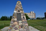 Titre original :    Description English: A cairn located on the St.Mary's University College campus dedicated to Father Albert Lacombe. Date 31 July 2012 Source Own work Author Emerald22