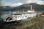Titre original :    Description English: Sternwheeler Moyie, at Kaslo, BC, in April 2008. This photo is of a cultural heritage site in Canada, number 12748 in the Canadian Register of Historic Places. This photo is of a cultural heritage site in Canada, number 19025 in the Canadian Register of Historic Places. Date 25 April 2008, 16:16 Source DSC_0142.JPG Author Nikki from Canada  This image was originally posted to Flickr by nikki_tate at http://flickr.com/photos/15532262@N00/2532137982. It was reviewed on 30 September 2009 by the FlickreviewR robot and was confirmed to be licensed under the terms of the cc-by-sa-2.0.