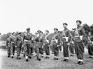 Titre original :  General H.D.G. Crerar, General Officer Commanding 1st Canadian Army, and Captain C.B. Newman, Assistant Provost Marshal, 4th Canadian Armoured Division, inspecting a company of the Canadian Provost Corps, Apeldoorn, Netherlands, 12 July 1945.