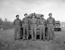 Titre original :  General H.D.G. Crerar, General Officer Commanding-in-Chief First Canadian Army, with personnel of The Royal Montreal Regiment, in front of a Daimler armoured car, Grave, Netherlands, 11 April 1945.