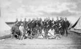 Titre original :  Chief Piayot (ca. 1816-1908), Chief Cree and leader, and followers; Edgar Dewdney, Indian Commisioner for the North-West Territories; and members of the Montreal Garrison Artillery, Regina, Sask., May 1885.