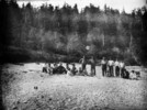 Titre original :  [Haida Indians of Ya-Tza Village, Graham Island, Queen Charlotte Islands, B.C. Chief Edenshaw standing second from left.].
