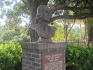 Titre original :    Description English: Revised St. Denis monument in Natchitoches. Natchitoches, Louisiana. View of monument to French colonial explorer Louis Juchereau de St. Denis Date 8 August 2009 Source Own work Author Billy Hathorn