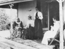 Titre original :  Mrs. Catherine Parr Traill, her daughter, Miss Traill and 2 graddaughters on the verandah of her summer cottage on Minne-wa-wa, Stony Lake, this photo was taken a few days before her death.