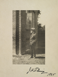 Titre original :  Photograph of James Henry Fleming standing outside, date and photographer unknown, signed by J.H. Fleming 1925. Courtesy of the Royal Ontario Museum, © ROM