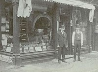 Titre original :  First Store in 1883 on Leader Lane and Colborne Street, James Grand and Samuel Toy - Wikipedia