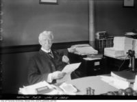 Titre original :  Dr. Hastings, M.O.H., in his office (film neg.). January 13, 1925. Image courtesy of City of Toronto Archives, Fonds 200, Series 372, Subseries 32, Item 749.