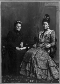 Titre original :  Lady Aberdeen (at right), first president and founder of the National Council of Women of Canada with Lady Taylor, her successor as president / Lady Aberdeen (à droite), fondatrice et première présidente du Conseil national des femmes du Canada, en compagnie de sa successeure, lady Taylor.  Reference No. / Numéro de référence : MIKAN 3366136. Credit / Mention de source : Mrs. John H. Acheson. Library and Archives Canada, PA-057319 / Mrs. John H. Acheson. Bibliothèque et Archives Canada, PA-057319.