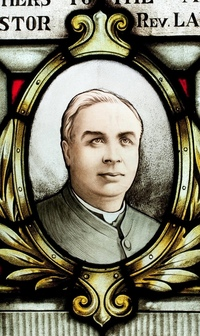 Titre original :  Stained glass window featuring an image of Lancelot Minehan in St Vincent de Paul Church, Toronto.  Used with permission from St Vincent de Paul Parish, Toronto.