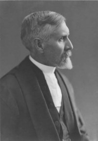 Titre original :  Archives of the Law Society of Ontario. Portrait photograph of Herbert Hartley Dewart (1861-1924). Date: [ca. 1912]. Photographer: Charles Aylett.  Source: https://www.flickr.com/photos/lsuc_archives/4408851157/in/photolist-7HAvR8.