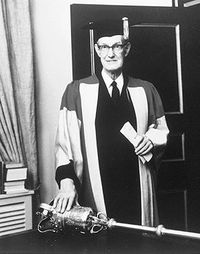 Original title:  Creighton, Donald Grant. Receiving an honorary degree, 1974. He was one of Canada's foremost historians, known particularly for his skilful writing (courtesy Library and Archives Canada/123984). Recevant un diplôme honorifique, en 1974. Un des plus illustres historiens canadiens, il est reconnu particulièrement en raison de la qualité de son écriture (avec la permission des Bibliothèque et Archives Canada/123984).