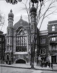 Original title:    Description English: Photograph, Shaar Hashomayim synagogue, 59 McGill College Avenue, Montreal, about 1910-11, Wm. Notman & Son, Silver salts on glass - Gelatin dry plate process - 25 x 20 cm Français : Photographie, La synagogue Shaar Hashomayim, au 59, avenue McGill College, Montréal, vers 1910-1911, Wm. Notman & Son, Plaque sèche à la gélatine, 25 x 20 cm Date between 1910(1910) and 1911(1911) Source This image is available from the McCord Museum under the access number VIEW-10763 This tag does not indicate the copyright status of the attached work. A normal copyright tag is still required. See Commons:Licensing for more information. Deutsch | English | Español | Français | Македонски | Suomi | +/− Author Wm. Notman & Son
