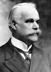 Titre original :    Description English: Alphonse Desjardins, Cofounder of the Alphonse Désjardins Cooperative Bank Date 1913(1913) Source Confédération des Caisses Populaires Desjardins Author Alfred George Pittaway