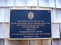 Titre original :    Description English: Historic plaque and marker on the John Alden House in Duxbury, Massachusetts Date 15 March 2009(2009-03-15) Source Own work Author Pete Forsyth