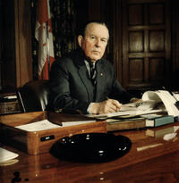 Titre original :  Le très honorable Lester B. Pearson assis à son bureau.
