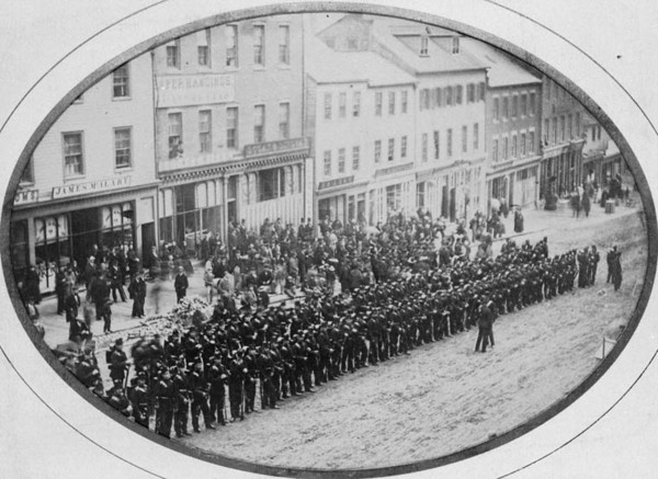 Titre original :  MIKAN 3245155 King Street, Saint John, N.B. - Guard of Honour 4/60 Rifles to receive Lt. Gen. Sir H. Doyle. 1867-1873 [106 KB, 760 X 553]