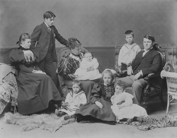 Titre original :  Hon. Sir Charles Hibbert Tupper and Family.