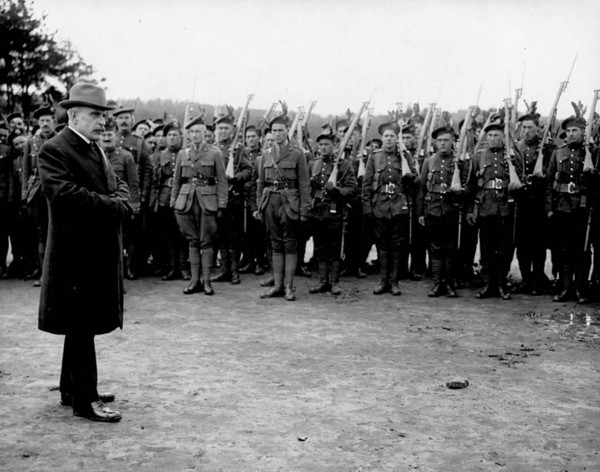 Original title:  Sir Robert Borden addressing the Troops, [Bramashott, England, April, 1917].