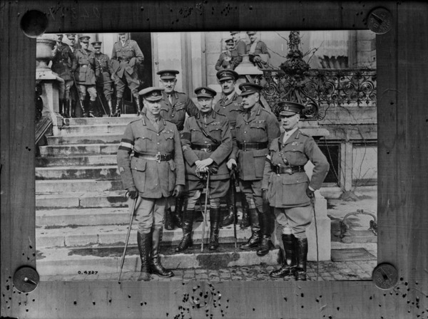 Titre original :  Sir Douglas Haig, Gen. Currie Gen. Burstall, Gen. Watson, and Staffs, Bonn December 1918.