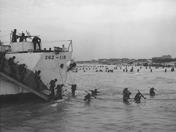 "Original title:    Description Français : Débarquement, Juno Beach. Crédit: Canadian Forces Joint Imagery Centre Source: http://www.dominion.ca/dh_maps-images.htm : ""Canadian Soldiers Disembark at Juno Beach. Source: Library and Archives Canada"" Date 2 June 2004 (original upload date) Source Transferred from fr.wikipedia; transferred to Commons by User:Bloody-libu using CommonsHelper. Author Original uploader was Greudin at fr.wikipedia Permission (Reusing this file) This image is in the public domain due to its age."